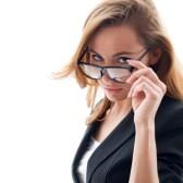 21248095-portrait-de-femme-attirante-avec-des-lunettes-isole-sur-blanc
